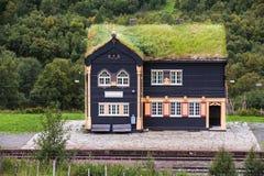 Vista sopra una piccola stazione ferroviaria in Norvegia Immagine Stock Libera da Diritti