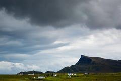Vista sopra una spiaggia di pietra in Scozia del Nord Immagini Stock