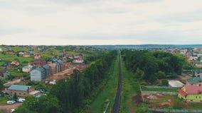 Vista sopraelevata aerea della strada residenziale di viaggio del pendolare dei parchi delle case dei tetti del townstreet e dell video d archivio