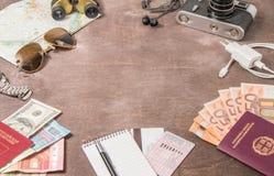 Vista sopraelevata degli accessori, dei passaporti e delle banconote del ` s del viaggiatore Concetto di viaggio su fondo di legn Fotografie Stock Libere da Diritti