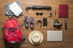 Vista sopraelevata degli accessori del viaggiatore Fotografia Stock