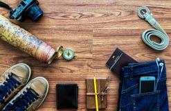 Vista sopraelevata degli accessori del viaggiatore, oggetti essenziali di vacanza, Fotografia Stock Libera da Diritti