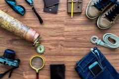 Vista sopraelevata degli accessori del viaggiatore, oggetti essenziali di vacanza, Immagine Stock