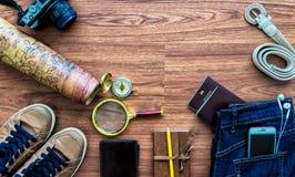 Vista sopraelevata degli accessori del viaggiatore, oggetti essenziali di vacanza, Fotografia Stock