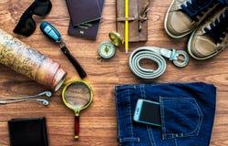 Vista sopraelevata degli accessori del viaggiatore, oggetti essenziali di vacanza, Fotografie Stock