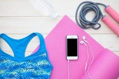 Vista sopraelevata degli oggetti di forma fisica per la donna Conce di allenamento e di dieta Fotografie Stock