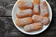 Vista sopraelevata dei Eclairs casalinghi dolci deliziosi immagini stock libere da diritti