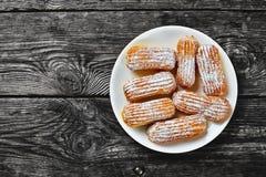 Vista sopraelevata dei Eclairs casalinghi dolci deliziosi immagine stock libera da diritti