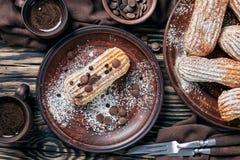 Vista sopraelevata dei Eclairs casalinghi dolci saporiti fotografie stock