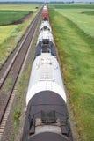 Vista sopraelevata dei vagoni cisterna della ferrovia nella regolazione rurale della prateria Fotografie Stock