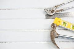 Vista sopraelevata del martello con la chiave e del righello sulla tavola Fotografie Stock Libere da Diritti