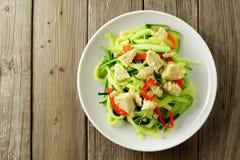 Vista sopraelevata del piatto della tagliatella dello zucchini su legno Fotografia Stock Libera da Diritti