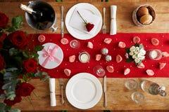 Vista sopraelevata dell'insieme della Tabella per il pasto romantico di giorno di biglietti di S. Valentino Fotografie Stock