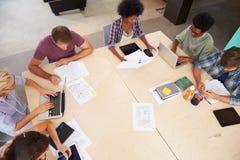 Vista sopraelevata della riunione di 'brainstorming' creativa nell'ufficio immagine stock libera da diritti