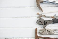 Vista sopraelevata delle chiavi con il martello sulla tavola Fotografia Stock