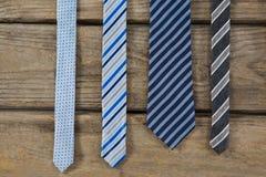Vista sopraelevata delle cravatte sulla tavola Fotografia Stock