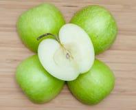 Vista sopraelevata delle mele sulla Tabella Fotografia Stock
