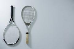 Vista sopraelevata delle racchette di tennis metalliche Fotografia Stock Libera da Diritti