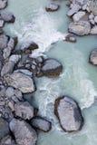 Vista sopraelevata delle rocce e della corrente alpine con acqua glaciale, Nuova Zelanda Fotografia Stock
