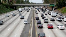 Vista sopraelevata di traffico sull'autostrada senza pedaggio occupata a Los Angeles del centro California stock footage