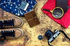 Vista sopraelevata di Traveler& x27; accessori di s, oggetto essenziale di vacanza Immagini Stock