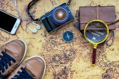 Vista sopraelevata di Traveler& x27; accessori di s, oggetto essenziale di vacanza Immagine Stock