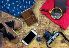 Vista sopraelevata di Traveler& x27; accessori di s, oggetto essenziale di vacanza Fotografia Stock