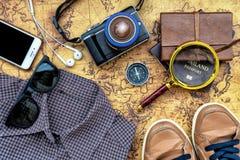 Vista sopraelevata di Traveler& x27; accessori di s, oggetto essenziale di vacanza Fotografia Stock Libera da Diritti
