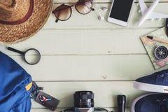 Vista sopraelevata di Traveler& x27; accessori e oggetti di s Fotografia Stock Libera da Diritti