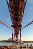 Vista sotto il ponte con il fiume al fondo immagini stock