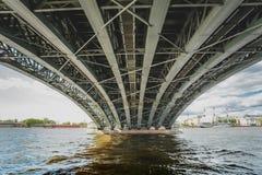 Vista sotto il ponte sopra il fiume di Neva, San Pietroburgo del ponte o di Troitsky della trinità immagini stock