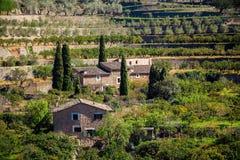 Vista spagnola classica con le case di pietra tradizionali Fotografia Stock