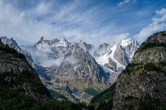 Vista spettacolare della catena montuosa di Mont Blanc da Courmayeur, Italia Fotografie Stock