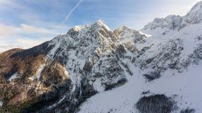 Vista spettacolare della cresta innevata della montagna Fotografia Stock