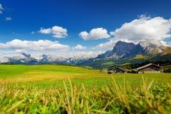 Vista spettacolare delle montagne rocciose maestose in Alpe di Siusi Immagine Stock