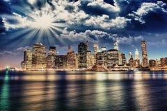 Vista spettacolare di tramonto dell'orizzonte più basso di Manhattan da Brooklyn Immagini Stock Libere da Diritti
