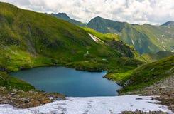 Vista splendida del lago in alte montagne Fotografia Stock