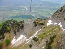 Vista splendida del modo della cabina di funivia in montagne delle alpi bavaria germany europa immagine stock