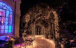 Vista splendida dell'arco della traccia o del percorso che conduce al parco decorato con le luci di Natale calde alla casa Loma C Fotografia Stock