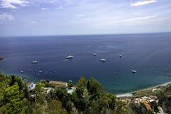 Vista splendida della costa di Amalfi dalla strada principale che dirige sud da Napoli immagine stock
