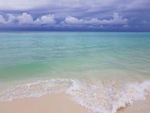Vista splendida della linea bianca della spiaggia di sabbia, Maldive, Oceano Indiano Acqua trasparente del turchese sul fondo del immagine stock libera da diritti