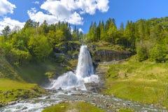 Vista splendida di estate con la cascata popolare Steinsdalsfossen Immagine Stock