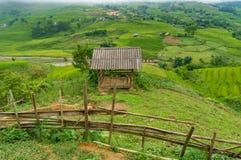Vista stabile e rurale di legno rustica della capanna, del paesaggio Immagine Stock