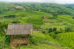Vista stabile e rurale di legno rustica della capanna, del paesaggio Immagini Stock Libere da Diritti