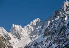 Vista strabiliante delle montagne nevose Immagine Stock