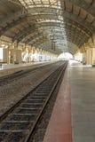 Vista stretta di un binario elettrico locomotivo della stazione ferroviaria con il tunnel coperto, Chennai, India, il 29 marzo 20 immagine stock libera da diritti