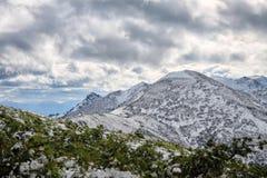 Vista stupefacente alle montagne nevose Fotografie Stock Libere da Diritti