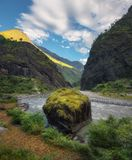 Vista stupefacente con le alte montagne himalayane, bello fiume, sto Immagini Stock Libere da Diritti