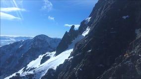 Vista stupefacente da una cabina di funivia discendente della gondola da un picco di montagna nell'inverno (picco di Lomnicky, al stock footage