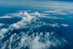Vista stupefacente dalla finestra dell'aeroplano, vista aerea del cloudscape delle nuvole lanuginose Fotografie Stock Libere da Diritti